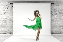 Молодая красивейшая женщина в зеленом платье Стоковые Фотографии RF
