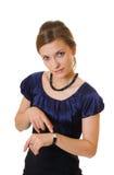 Молодая женщина дела указывая на часы Стоковое фото RF