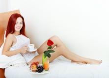 Женщина имея завтрак стоковое изображение