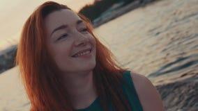Молодая красная девушка волос в платье бирюзы на моторной лодке плавания Заход солнца Счастье сток-видео