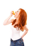Молодая красная женщина волос с апельсинами в ее руках Стоковое фото RF
