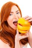 Молодая красная женщина волос с апельсинами в ее руках Стоковые Изображения