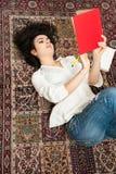 Молодая Красная книга чтения женщины студента брюнет Стоковое Изображение