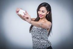 Молодая красота принимая Selfie с Smartphone Стоковые Фотографии RF
