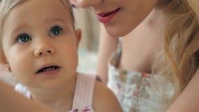 Молодая мать держа ее новорожденный ребенка Мама семьи дома и ребенок, девушка с голубыми глазами сток-видео