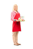Молодая мать держа именниный пирог Стоковые Фото