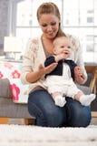 Молодая мать держа маленький ребёнок стоковая фотография rf