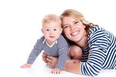 Молодая мать играя с ее маленьким сынком Стоковое фото RF