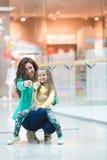 Молодая мать и ее дочь делая ходить по магазинам совместно Стоковые Изображения RF