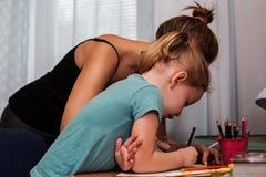 Молодая мать и ее ребенок потратили время совместно Стоковые Фотографии RF