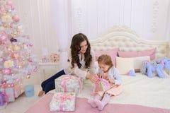 Молодая мать и маленькая дочь подготавливают для holi Нового Года стоковое фото