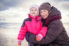 Молодая мать обнимает ее ребёнок стоковые фото