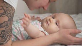 Молодая мать прижимаясь младенец сток-видео