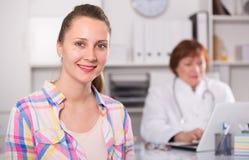 Молодая мать разговаривая с доктором о здоровье стоковые изображения rf