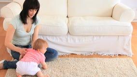 Молодая мать с ее младенцем акции видеоматериалы