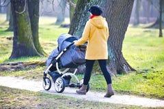 Молодая мать с pram стоковая фотография rf