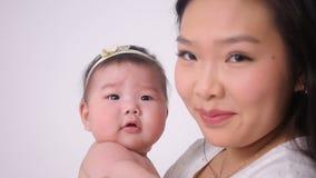Молодая мать целуя маленькую дочь сток-видео