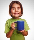 Молодая маленькая кружка стекла питьевого молока ребёнка Стоковые Фотографии RF