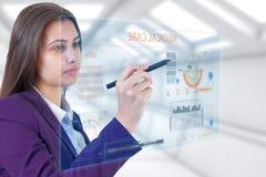 Молодая медицина касающего экрана девушки брюнет стоковая фотография