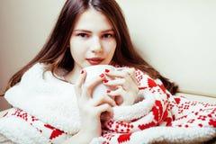 Молодая милая девушка брюнет в одеяле орнамента рождества получая теплый на холодной зиме, концепции красоты свежести стоковые изображения rf