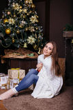 Молодая милая девушка брюнет в одеяле получая теплый на холодной зиме, людях образа жизни стоковые фотографии rf