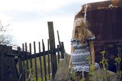 Молодая милая девушка в платье хиппи на ее сельской местности дома Стоковая Фотография