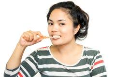 Молодая милая девушка держа чистить щеткой зубной щетки и зуба Стоковые Изображения