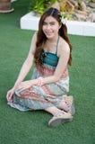 Молодая милая девушка лета на зеленой траве стоковые изображения