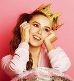 Молодая милая девушка диско на розовой предпосылке с шариком и кроной диско Стоковые Изображения
