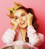 Молодая милая девушка диско на розовой предпосылке с шариком и кроной диско Стоковые Фотографии RF