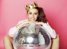 Молодая милая девушка диско на розовой предпосылке с шариком и кроной диско Стоковое Изображение RF