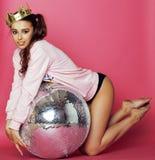 Молодая милая девушка диско на розовой предпосылке с шариком и кроной диско Стоковое Фото