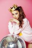 Молодая милая девушка диско на розовой предпосылке с шариком и кроной диско Стоковая Фотография RF