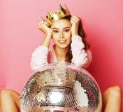 Молодая милая девушка диско на розовой предпосылке с шариком и кроной диско Стоковые Фото