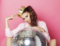 Молодая милая девушка диско на розовой предпосылке с шариком и кроной диско Стоковое фото RF