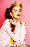 Молодая милая девушка диско на розовой предпосылке с шариком и cro диско Стоковая Фотография RF