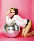 Молодая милая девушка диско на розовой предпосылке с шариком и cro диско Стоковые Изображения RF