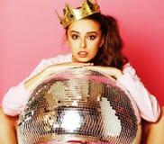 Молодая милая девушка диско на розовой предпосылке с шариком и cro диско Стоковые Фотографии RF
