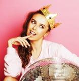 Молодая милая девушка диско на розовой предпосылке с шариком и cro диско Стоковые Фото