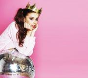 Молодая милая девушка диско на розовой предпосылке с шариком и cro диско Стоковое Фото