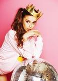 Молодая милая девушка диско на розовой предпосылке с шариком и cro диско Стоковые Изображения