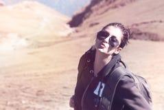 Молодая милая девушка наслаждаясь природой Стоковые Фотографии RF