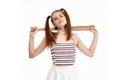 Молодая милая девушка представляя при летучая мышь, изолированная на белой предпосылке Стоковое фото RF