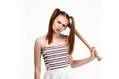 Молодая милая девушка представляя при летучая мышь, изолированная на белой предпосылке Стоковое Фото