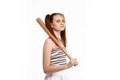 Молодая милая девушка представляя при летучая мышь, изолированная на белой предпосылке Стоковые Изображения RF