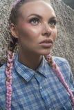 Молодая милая девушка с косичками пинка между утесами Стоковое Изображение RF