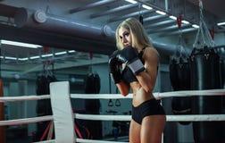 Молодая милая женщина боксера стоя на кольце Стоковое фото RF