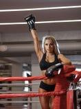 Молодая милая женщина боксера стоя на кольце Стоковые Изображения