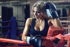 Молодая милая женщина боксера стоя на кольце Стоковые Фото