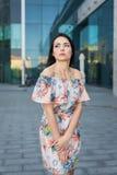 Молодая милая женщина в городе Стоковые Фото